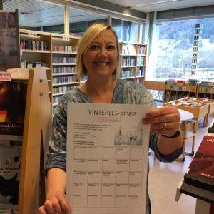 Bibliotekar viser fram skjem for Vinterles-bingo